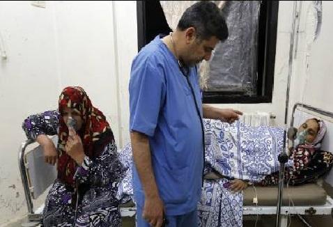 доктор Хассан Альаараж оказывает помощь пострадавшим в день химической атакив больнице Кафр Зиты